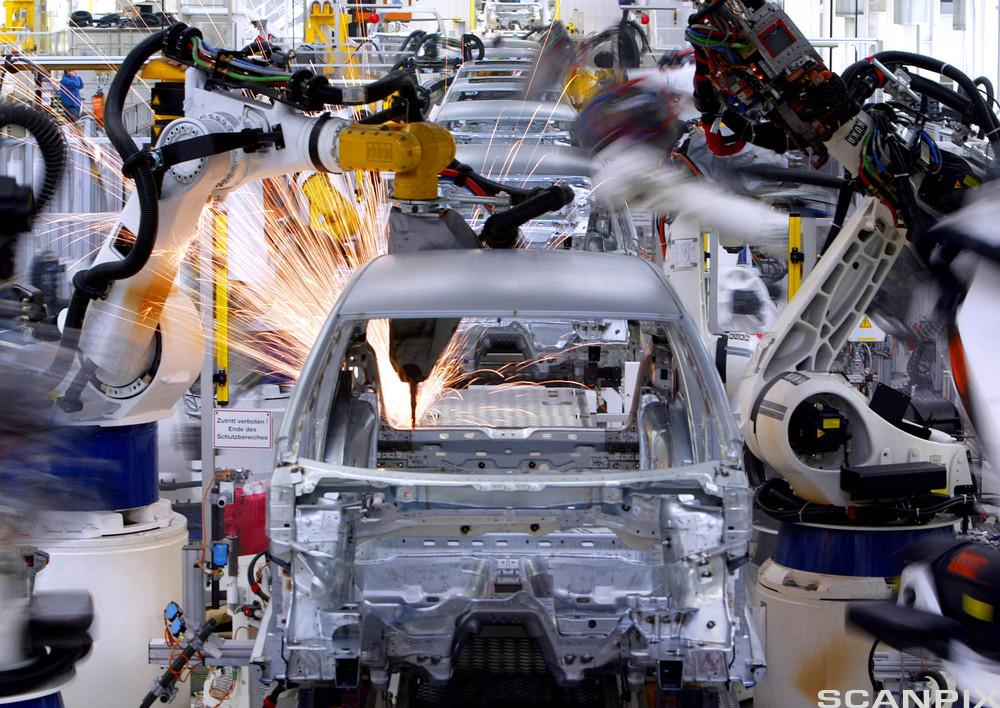 Robotstyrt sveising av biler i en produksjonslinje. foto.