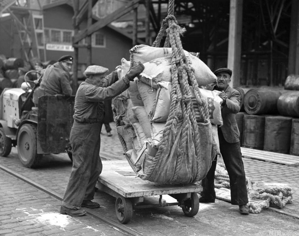 Havnearbeidere jobber med last og vinsj. foto.