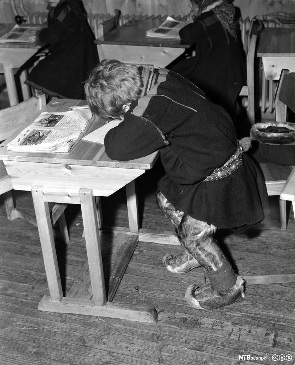 Fra internatskolen for flyttsame-barn i Karasjok, 1950. Barn sitter ved pultene. Foto.