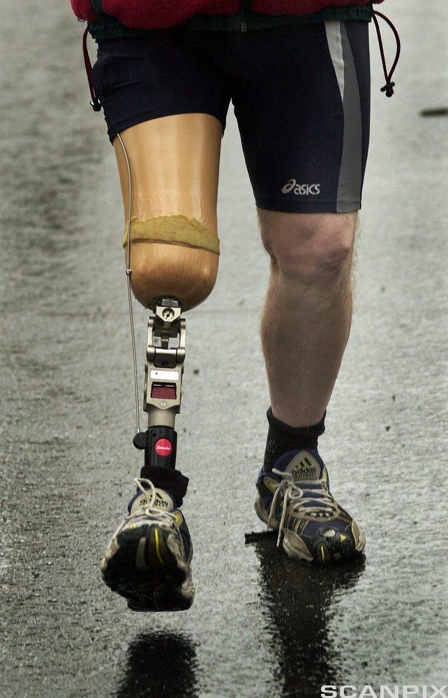 Protese med avansert hydraulikk- og fjæringsystem