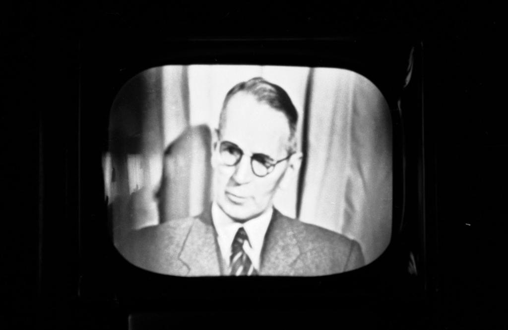 Kringkastingssjef Kaare Fostervoll åpner Norsk Rikskringkastings prøvesendinger for fjernsyn i 1954.