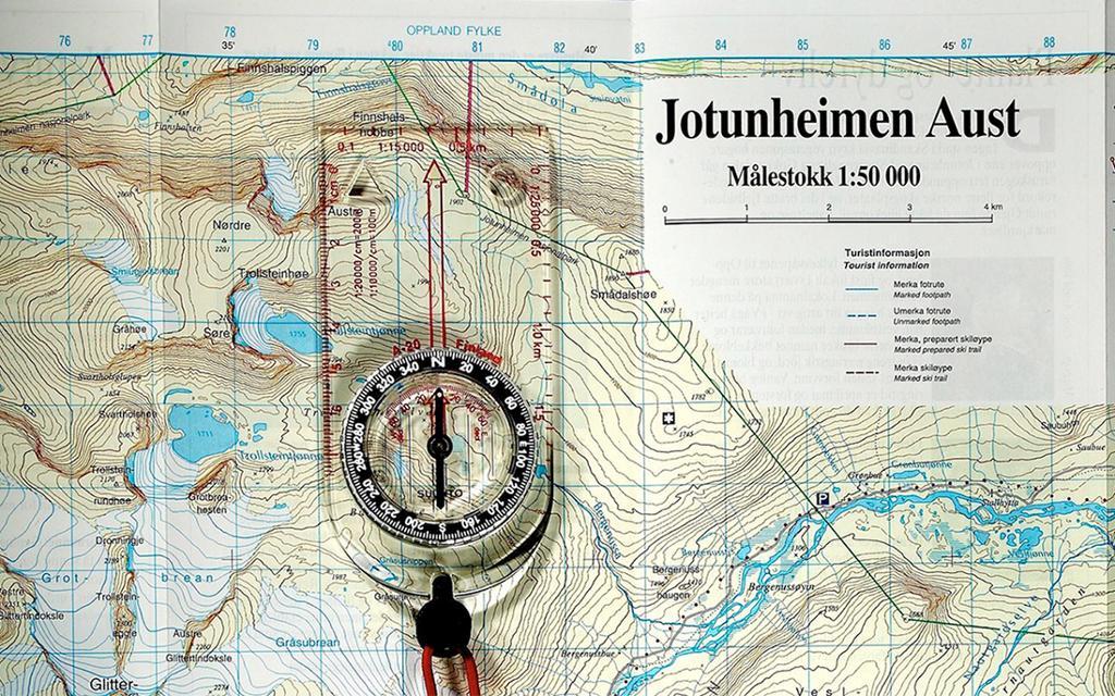 Kompass på kart over Jotunheimen. Foto.