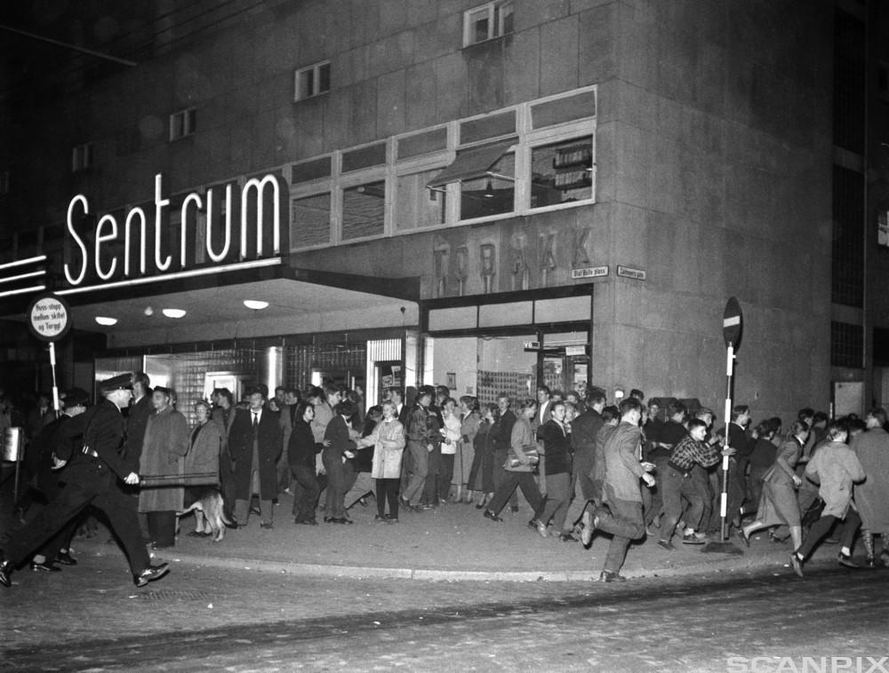 """I 1956 ble filmen """"Rock Around the Clock"""" vist på Sentrum kino i Oslo. Filmen inneholdt melodien med samme navn. Etter filmfremv"""
