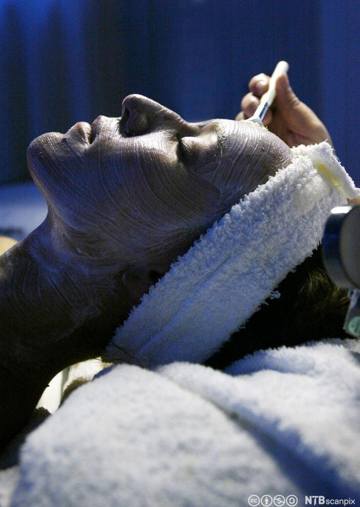 Beate Myrvold får ansiktsbehandling. Foto.