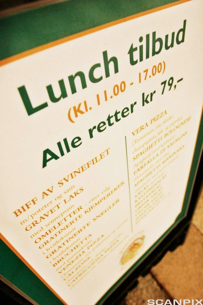 Lunsjplakat som viser tilbud frå kl. 11.00 - 17.00. Foto.
