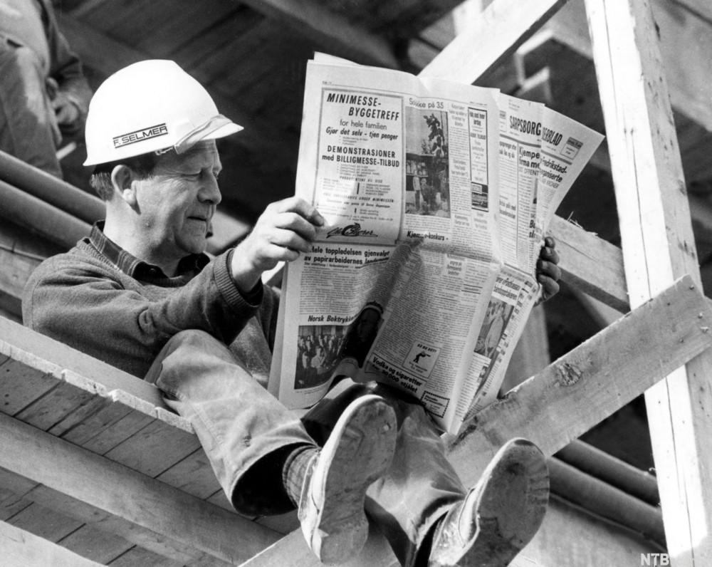 Mann med avis