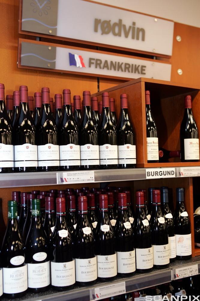 Hyller med rødvin fra Frankrike i Vinmonopolet sin butikk. Foto.