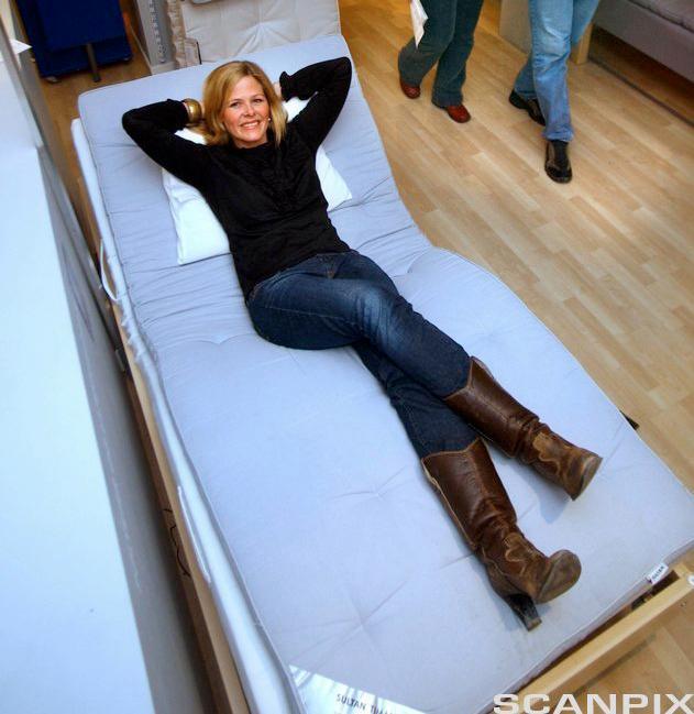 Bilete av Camilla Lindemann, PR- og informasjonssjef i IKEA Norge, på ein IKEA-madrass.