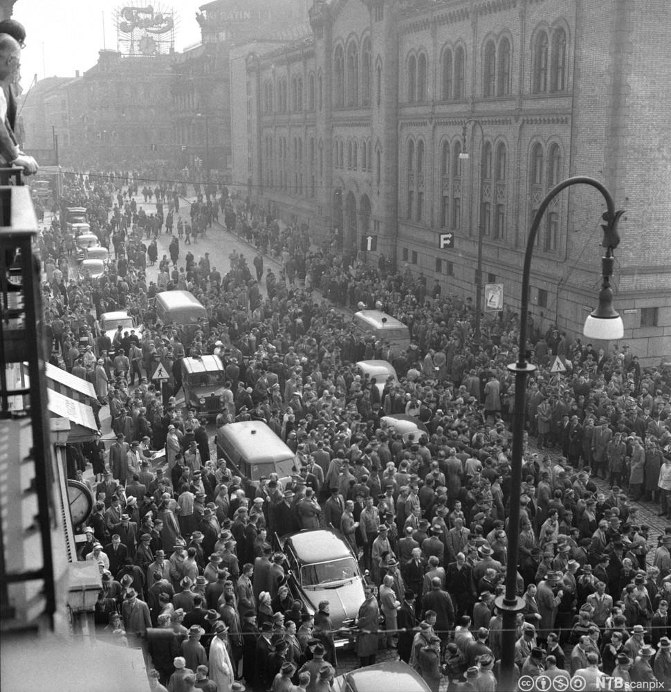 En stor folkemengde demonstrerer mot økte bilavgifter utenfor Stortinget i 1959. Foto.