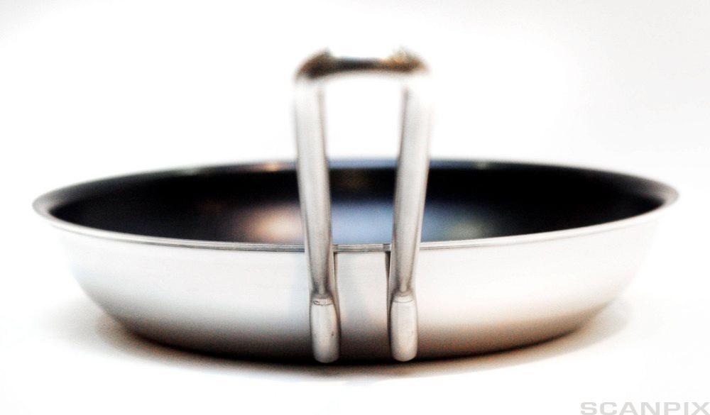 En stekepanne i stål og aluminium.