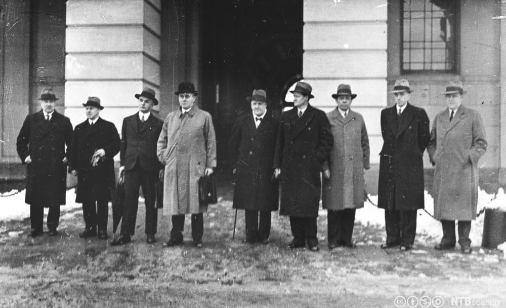 Regjeringen Nygaardsvold på slottsplassen etter utnevnelsen i mars 1935. Foto.