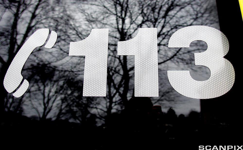 Nødnummeret 113 på en ambulansebil. Foto.