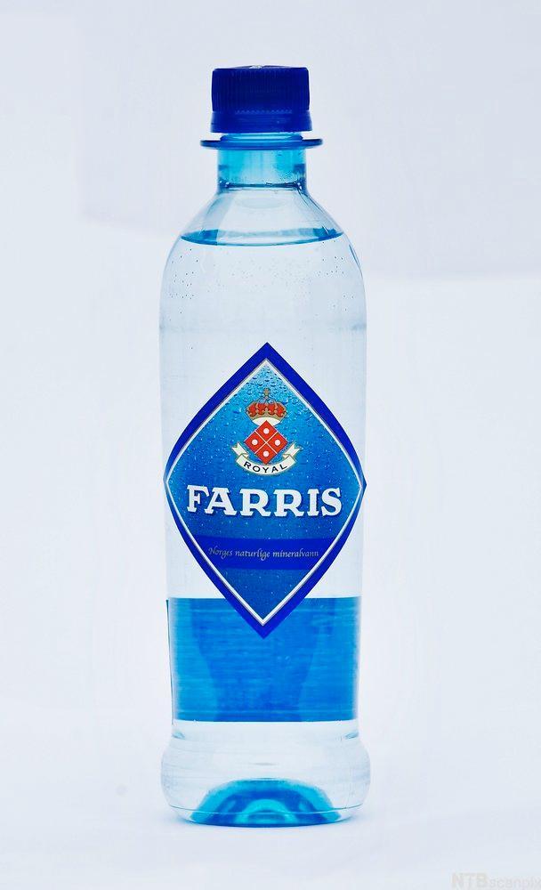 Bilde av en halvliters Farris-flaske. Foto.