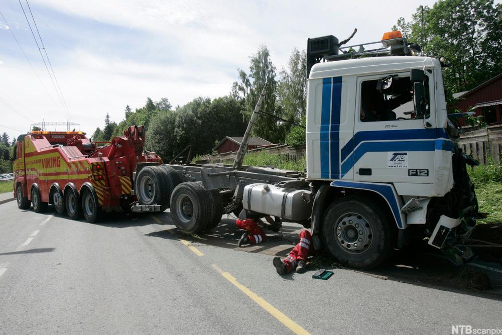 Bergingsbil forbereder slap av lastebil. foto.