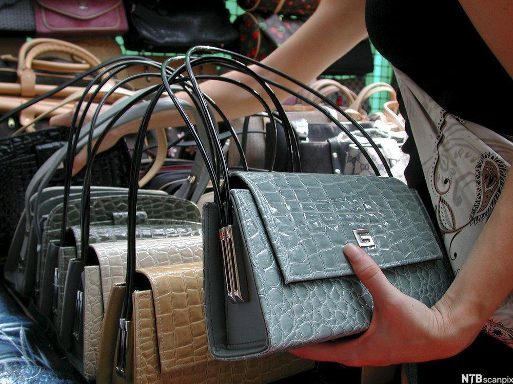 Bilde av falske Gucci vesker på et marked.