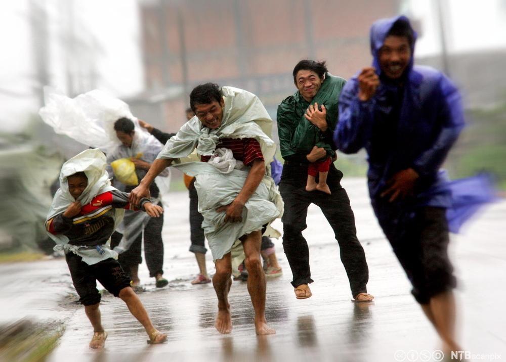 Folk kjemper mot tyfonen Haitang i Cangnan. Foot.