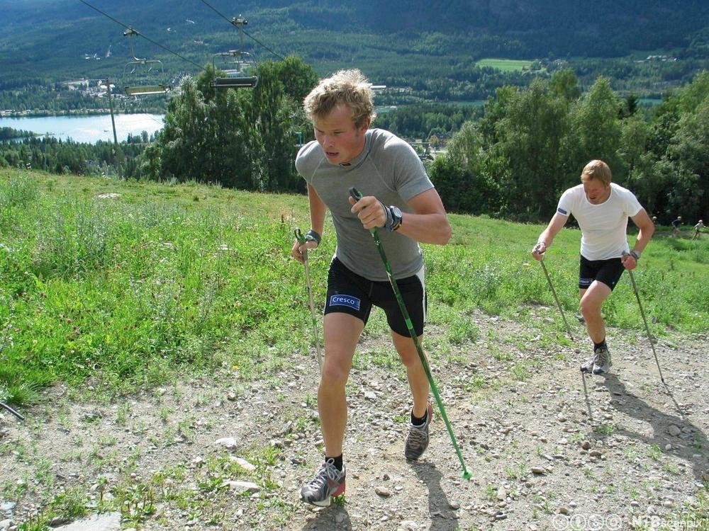 To gutter med staver springer opp en bakke.