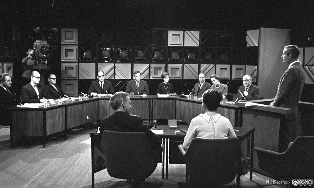 En gruppe mennesker samlet til debatt i et fjernsynsstudio. Foto.