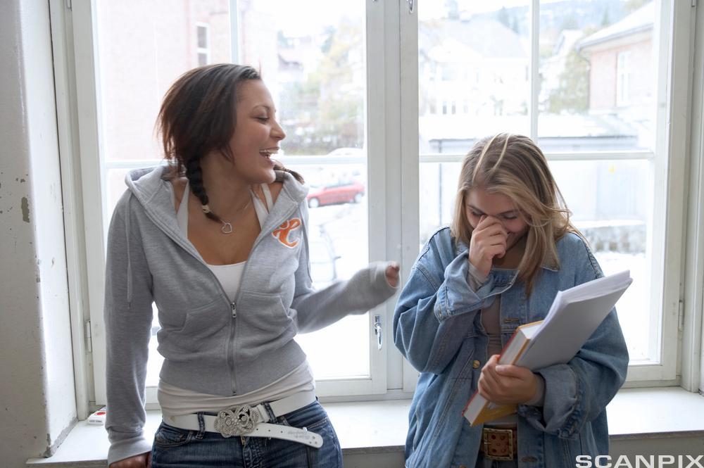 To jenter prater sammen. Foto.
