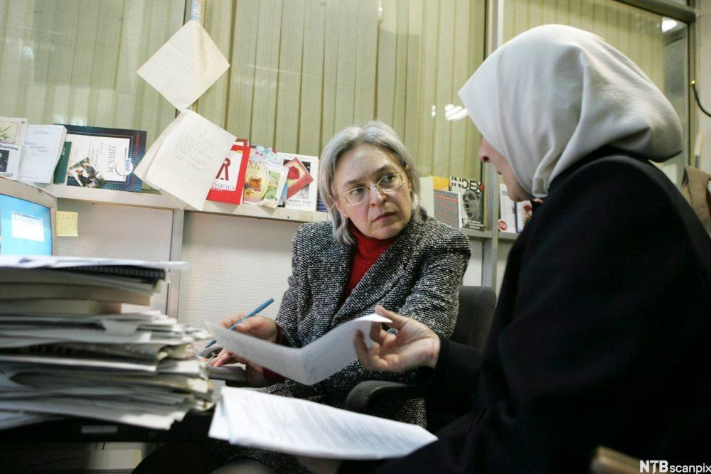 Journalisten og menneskerettighetsforkjemperen Anna Politkovskaja i samtale med en tsjetisk kvinne som har en sønn i fengsel.