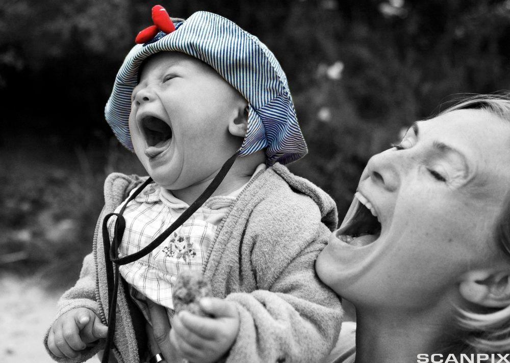 Mor og barn ler. Foto