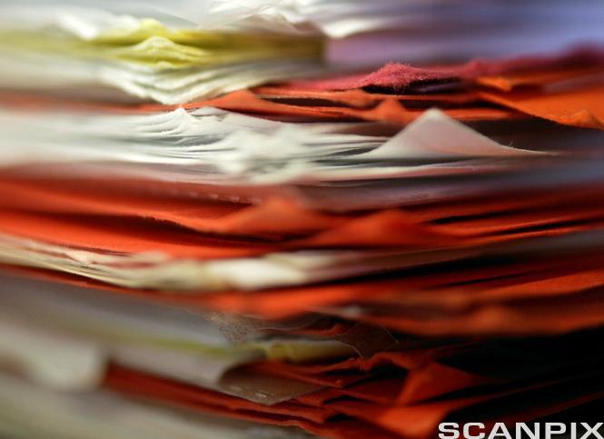 Rotete bunke med forskjellig fargete ark. Foto