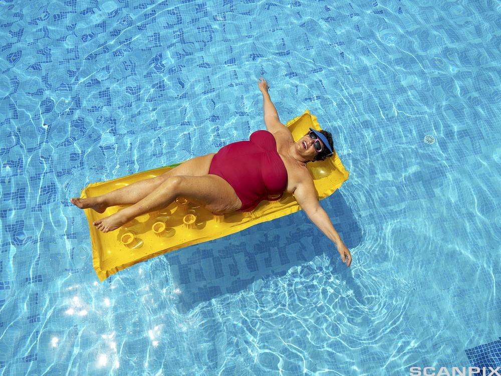 Dame i bassenget