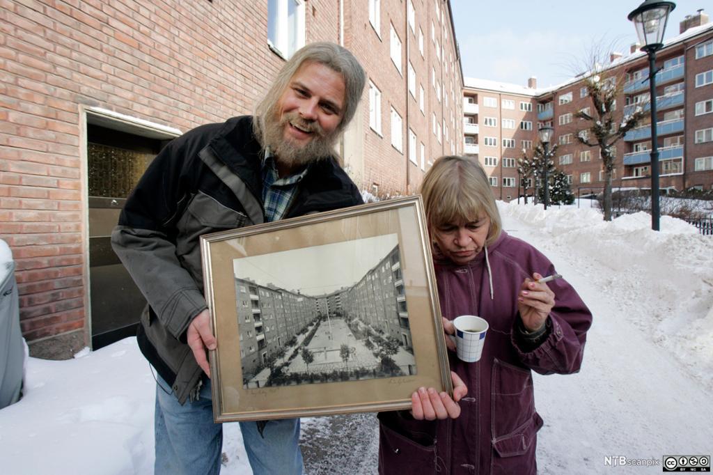 Driftsleder Narvestad og søsteren Ruth foran borettslaget. Foto.