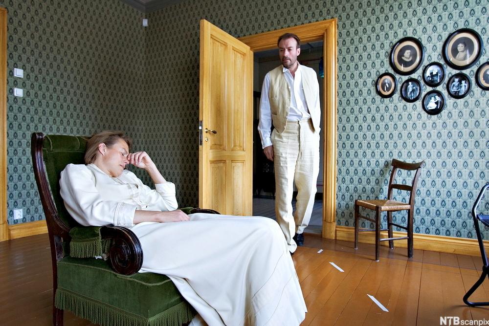 """Scene fra Ibsens drama """"Et dukkehjem"""". Foto."""