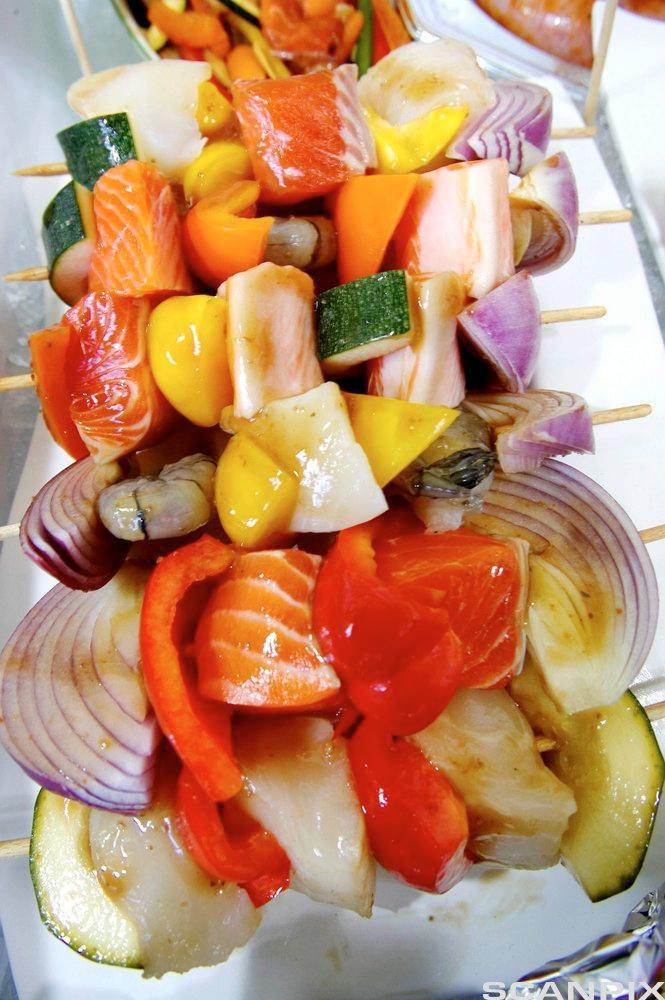 Grillspyd med fisk og grønsaker. Foto.