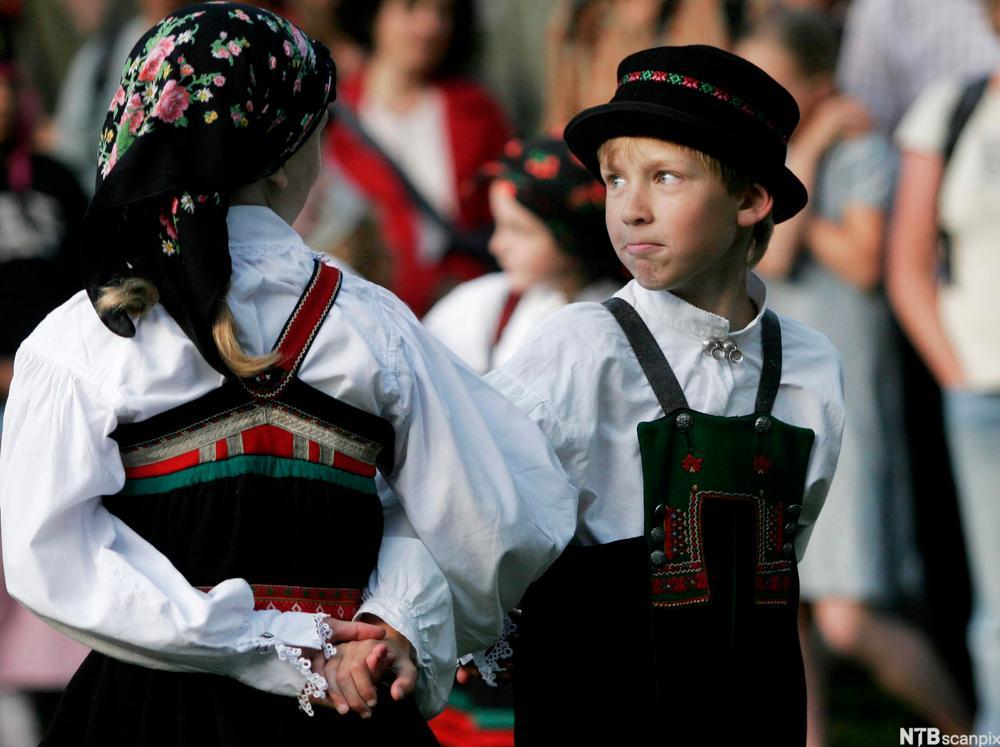 gutt og jente som danser folkedans
