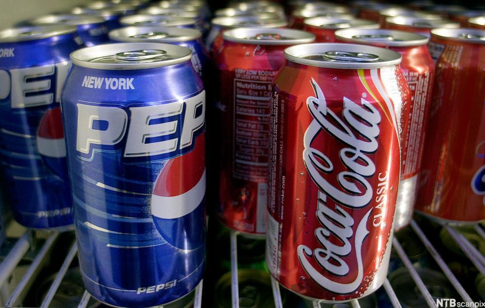 Pepsi- og Colabokser i et kjøleskap. Foto.