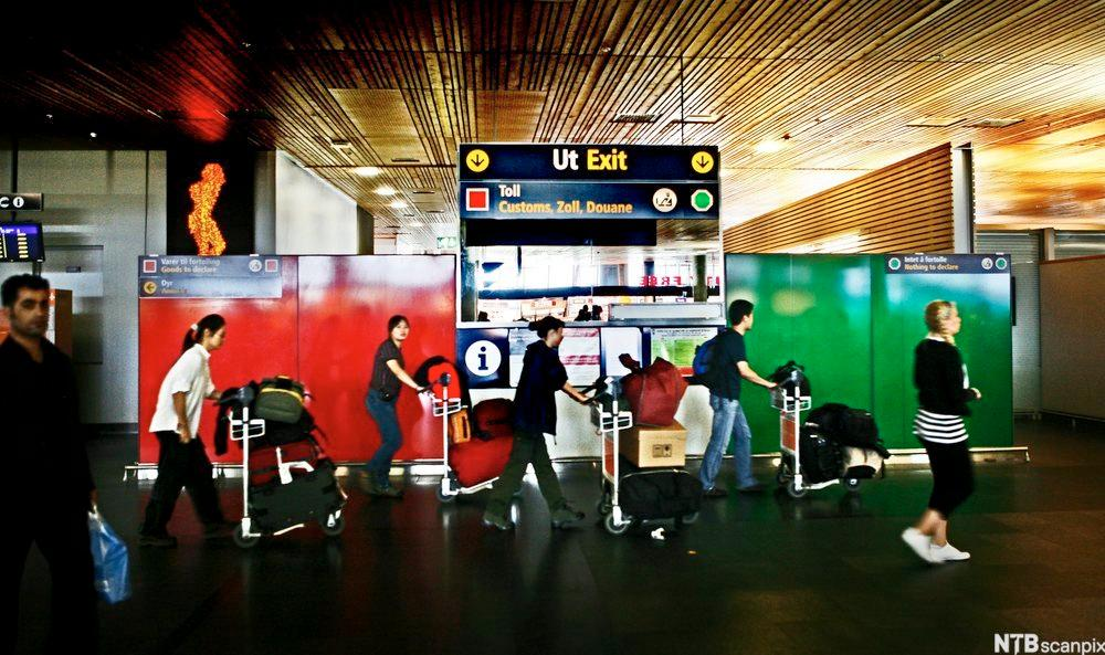 Passasjerer foran tollkontroll i passasjerterminal. foto.