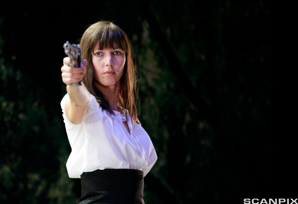Petronella Barker som Hedda Gabler. Foto.
