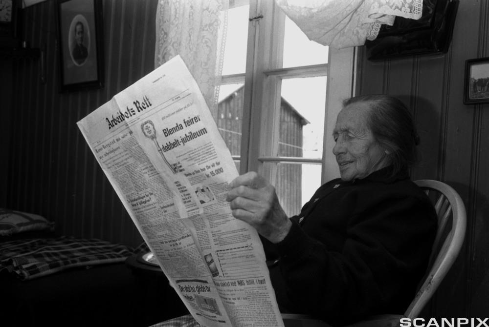 Kvinne som leser lokalavisa Arbeidets Rett