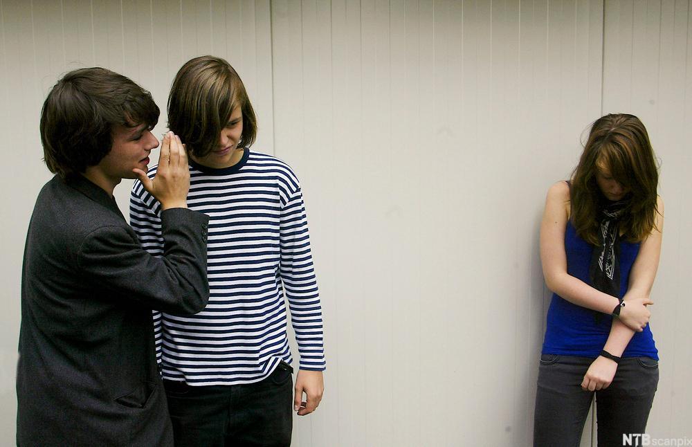 Bildet viser ei jente som står for seg selv og er trist