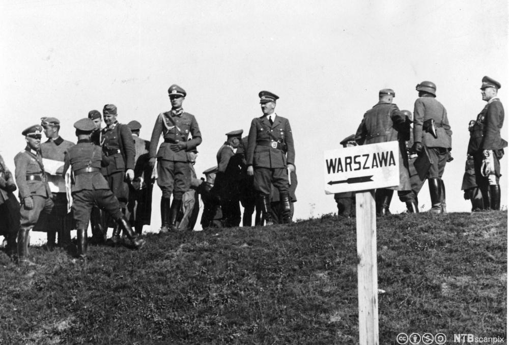 Adolf Hitler ved fronten mellom Lodz og Warszawa i Polen, september 1939. Foto.