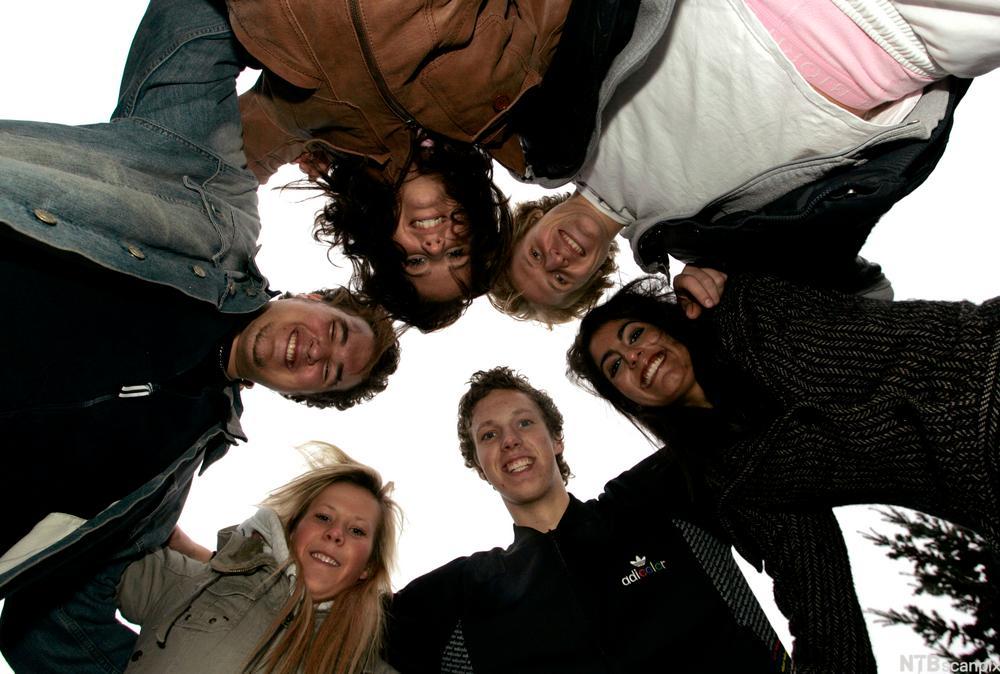 En gruppe ungdommer som holder rundt hverandre og er glade. Foto.