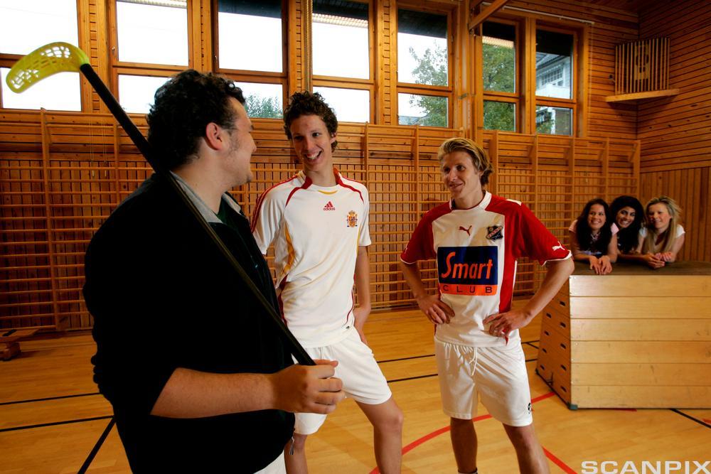 Landhockeyspillere i samtale med trener. Foto.