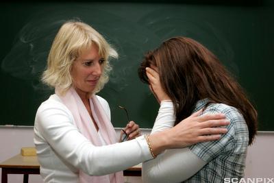 Kvinne trøster lærer. Foto.