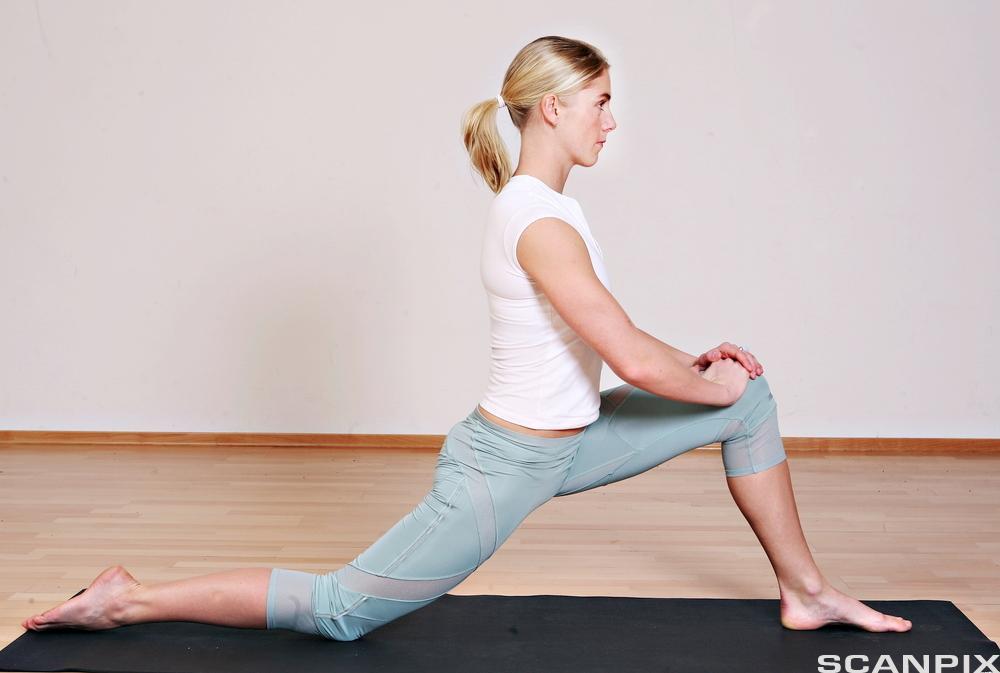 Jente tar bevegelsesutslag på hofteleddsbøyer. Foto.