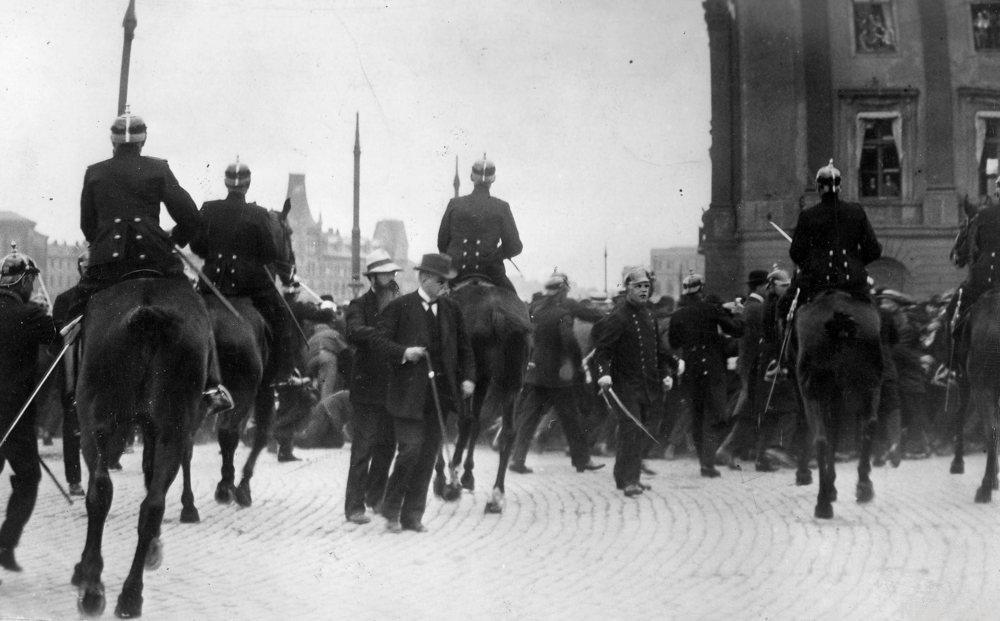Politi i konforntasjon med svenske arbeidere som demonstrerer på slottsbakken i 1917. Mannen med stokken Hjalmar Branting, som skynte seg fra Riksdagshuset for forsøke å roe ned den opphissede folkemassen.