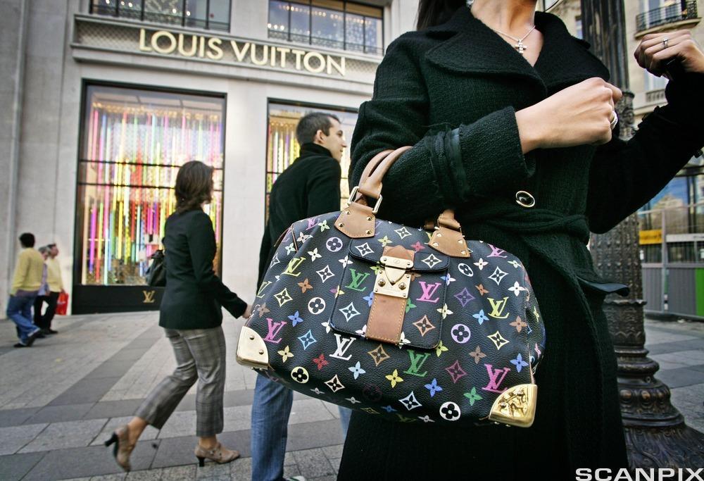 Bilde av en kvinne med Louis Vuitton-veske.