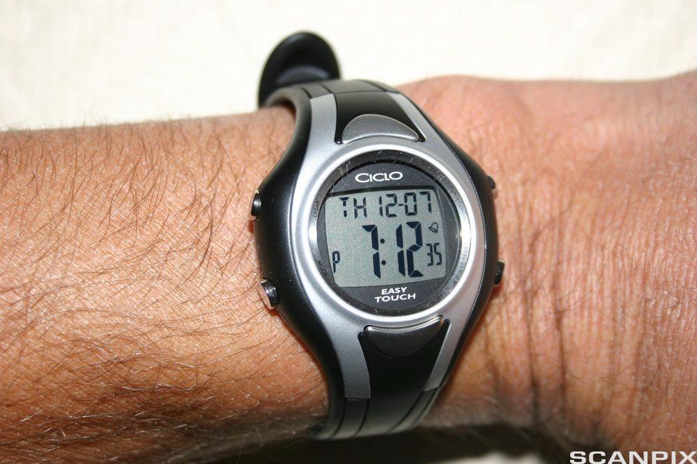 Armbåndsur på arm. Foto.