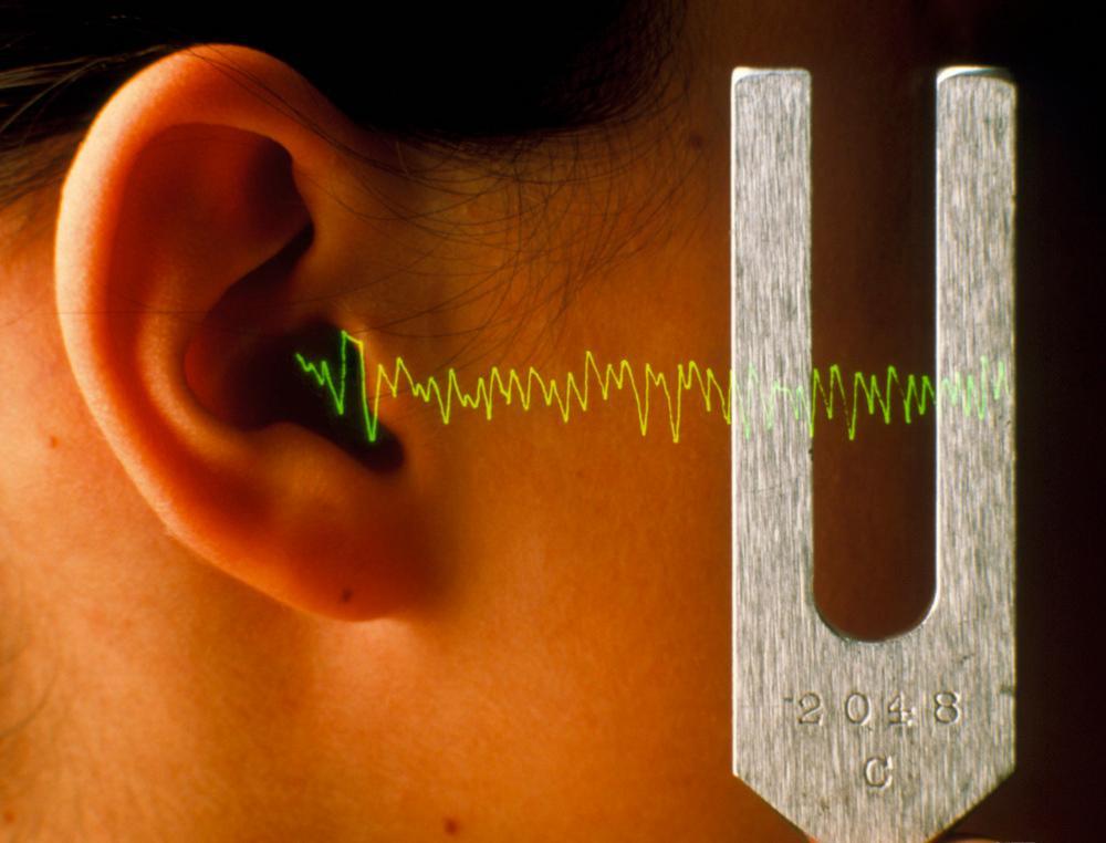 Illustrasjonsbilde av lydbølger som kommer fra stemmegaffelen og fanges opp av øret.