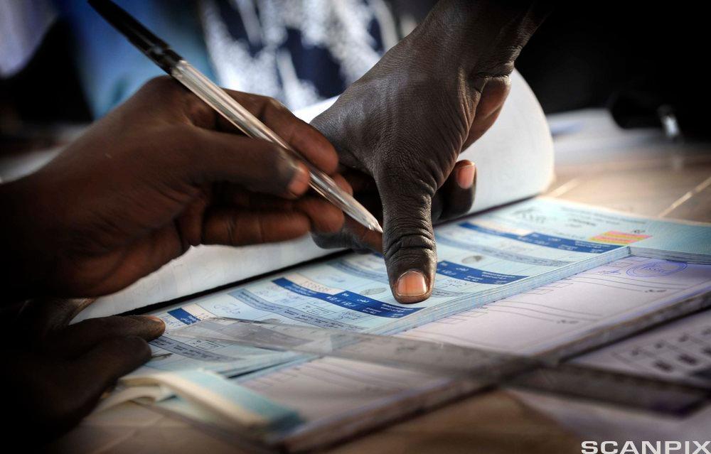 Stemmegivning ved fingeravtrykk i Sør-Sudan i 2011. Foto.