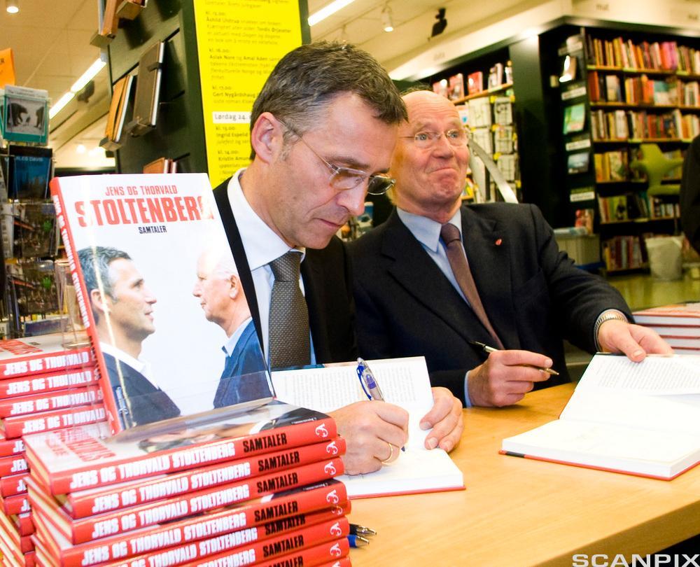 Thorvald og Jens Stoltenberg på boksignering i Tanum bokhandel på Karl Johans gate i 2009. Foto..