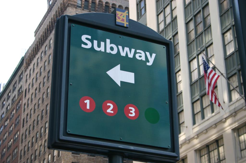 "Et skilt med ""Subway"" i New York. Foto."