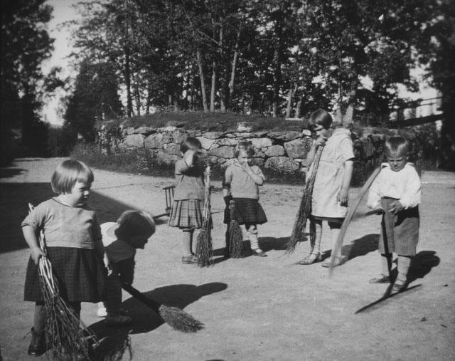 Barn på en gårdsplass på Svanviken arbeidskoloni. Foto.