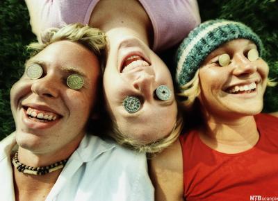 Ungdommer med mynter på øyelokkene